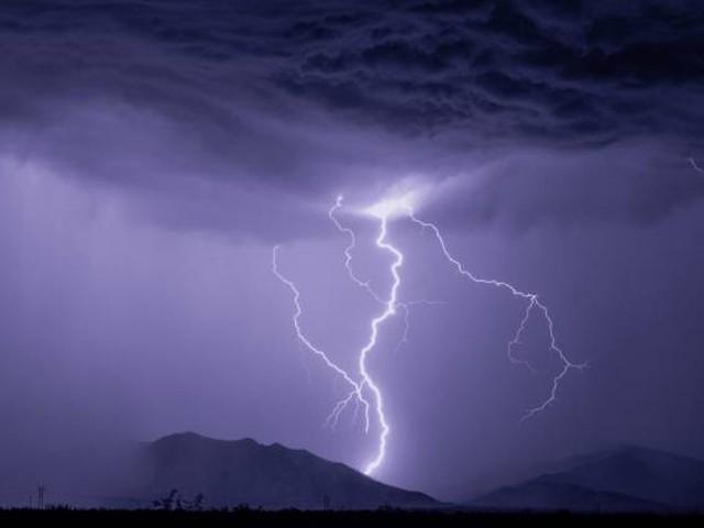 بجلی کی چمک کی شدّت تقریباً 30 ہزار ایمپیئرہوتی ہے جب کہ گھروں میں استعمال ہونے والی بجلی کی طاقت 15 امپیئر ہوتی ہے