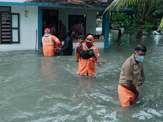 سمندری طوفان کے باعث ہزاروں افراد متاثرہ علاقوں سے نقل مکانی پر مجبور