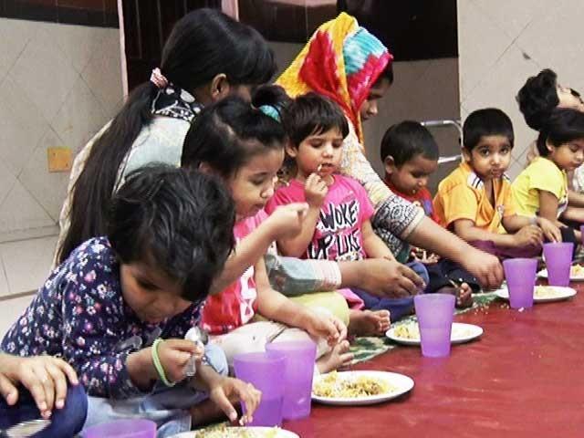 لاوارث بچوں میں زیادہ تعداد بچیوں کی ہوتی ہے  فوٹو: فائل