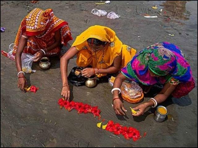 خواتین کی بڑی تعداد روزانہ ندی کنارے گھنٹوں تک 'کورونا مائی' کی پوجا کرتی ہے تاکہ اس دیوی کا غصہ ختم ہوجائے۔ (فوٹو: انٹرنیٹ)