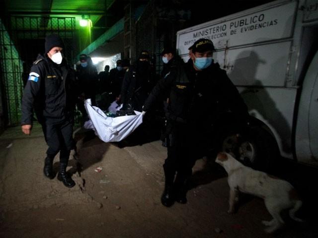 Jail Mein Gang War Ek Doosre Ke Sar Kaat Diye