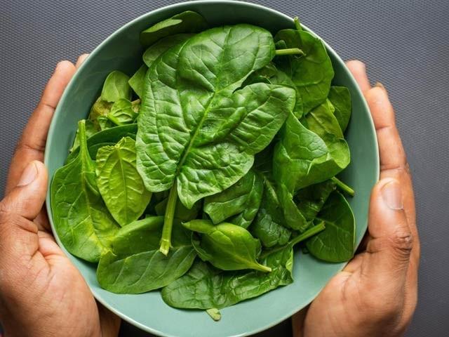 سبز پتے والی غذا امراضِ قلب سے محفوظ رکھتی ہیں۔ فوٹو: فائل