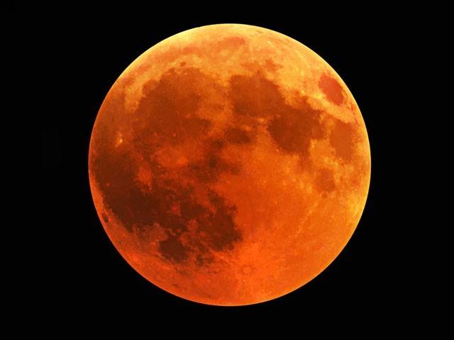 اس رات پورا چاند ہوگا جس کی ظاہری جسامت زیادہ ہوگی لیکن اسے مکمل گرہن بھی لگ چکا ہوگا۔ (فوٹو: انٹرنیٹ)
