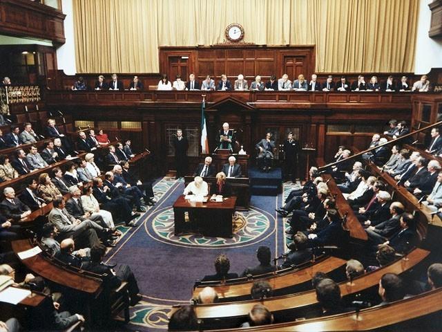 پارلیمنٹ میں کئی ارکان فلسطین کے جھنڈے کا ماسک پہن کر آئے تھے، فوٹو: فائل