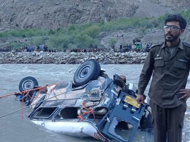 چترال میں مسافر گاڑی دریا میں گرنے سے 9 افراد جاں بحق