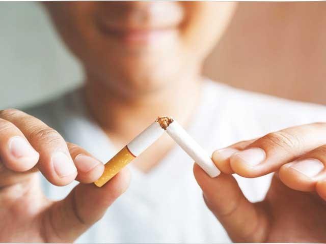 دنیا بھر میں سگریٹ پینے والوں میں 60 فی صد افراد سگریٹ نوشی سے پیچھے ہٹنا چاہتے ہیں۔ فوٹو : فائل