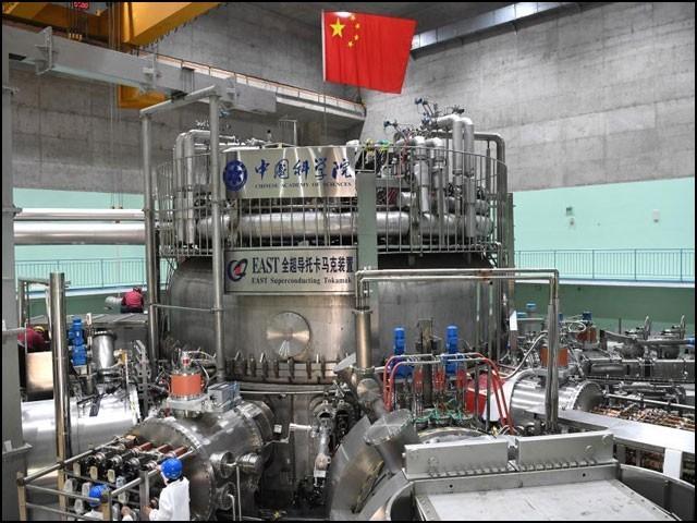 چین کا تجرباتی فیوژن ری ایکٹر ''ایکسپیریمنٹل ایڈوانسڈ سپرکنڈکٹنگ ٹوکامیک'' (اِیسٹ) جسے چین کا مصنوعی سورج بھی کہا جاتا ہے۔ (فوٹو: ژنہوا نیوز نیٹ)