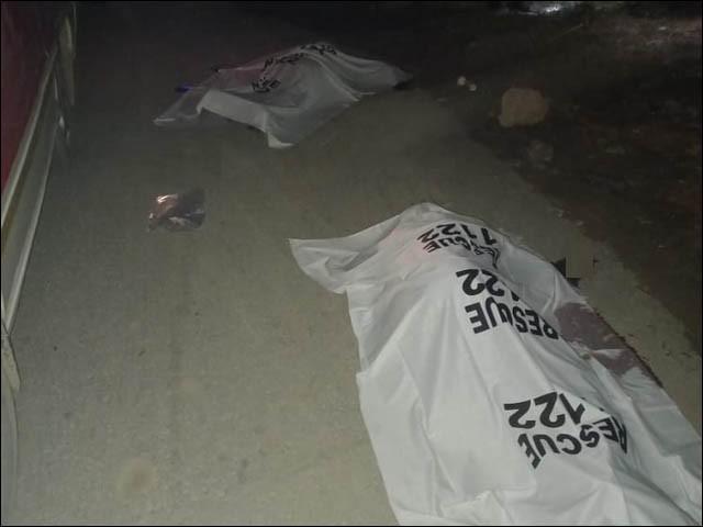 جائے حادثہ پر موجود لاشوں کی تصاویر (فوٹو : ایکسپریس)