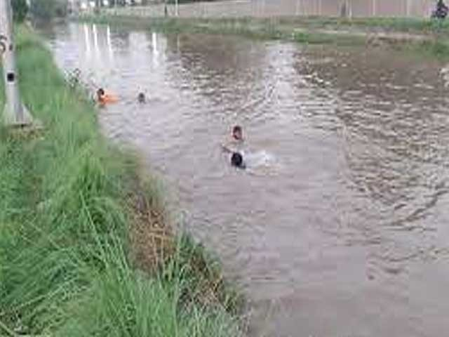بچے رکشہ میں ٹیوشن پڑھنے کے بعد گھر واپس جارہے تھے کہ رکشے کا ٹائر پھسلا اور وہ ڈیم میں جاگرا . فوٹو : فائل