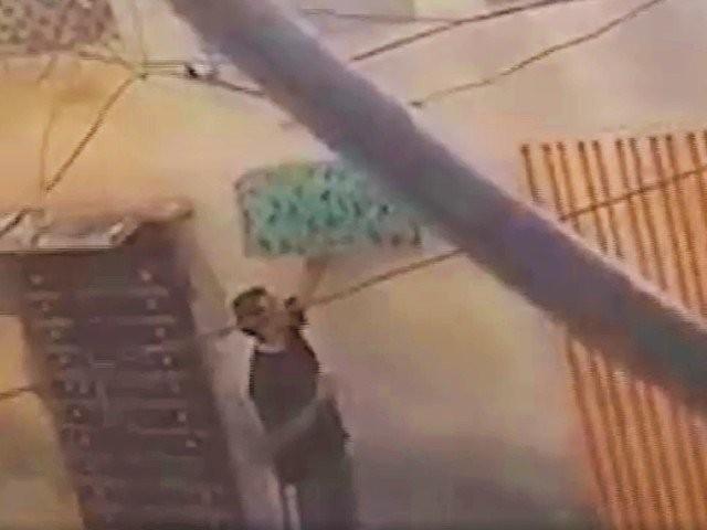 بہاولنگر میں پولیس اہلکار کو خاتون کی نازیبا ویڈیو بناتے ہوئے گرفتار کرلیا گیا ہے۔ فوٹو: ویڈیو اسکرین شاٹ
