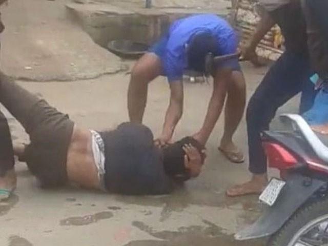 انتہا پسندوں نے 5 افراد کو زخمی بھی کردیا، فوٹو: فائل