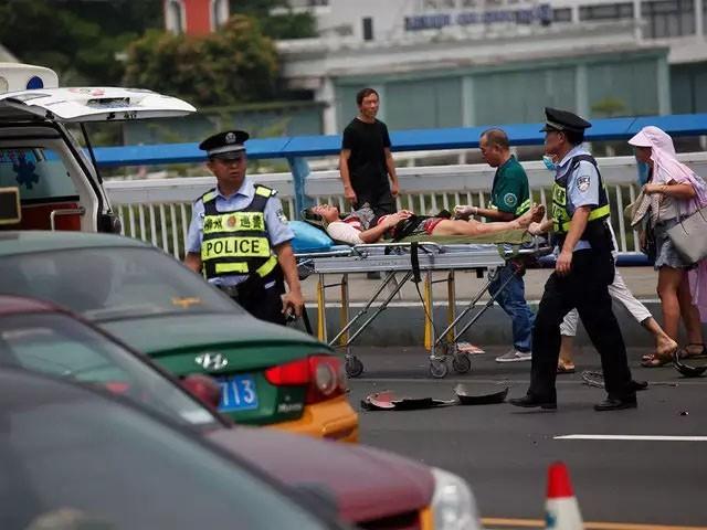 پولیس نے حملہ آور کو حراست میں لے لیا، فوٹو: ٹوئٹر