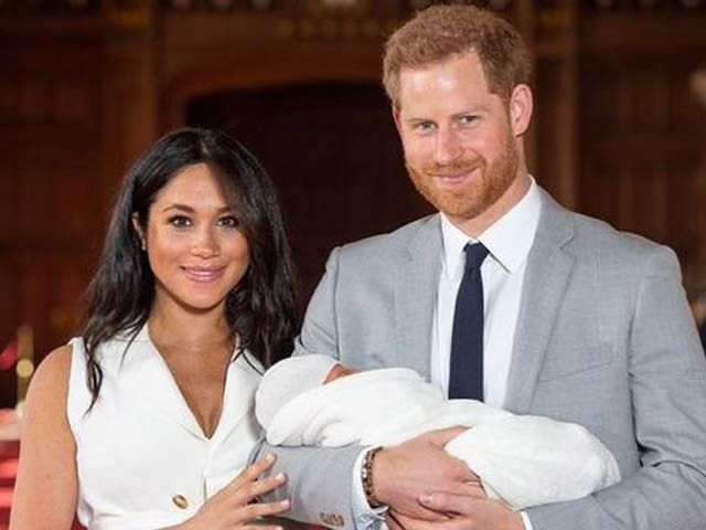 ہیری اور میگن اپنے پہلے بچے آرچی کے ساتھ خوشگوار موڈ میں، تاہم اب تک لِلی بِٹ کی تصویر نہیں دکھائی گئی ہے۔ فوٹو: بشکریہ گارجیئن