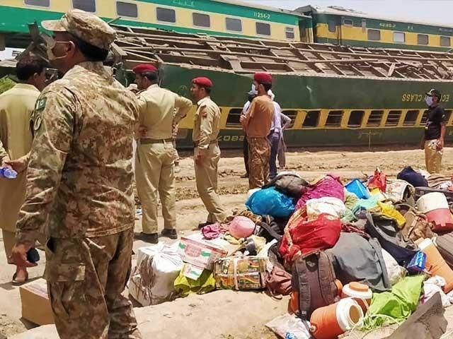 وزیراعظم عمران خان کی وزیر ریلوے اعظم سواتی کوحادثے کی جگہ پہنچنے کی ہدایت فوٹو: اے ایف پی