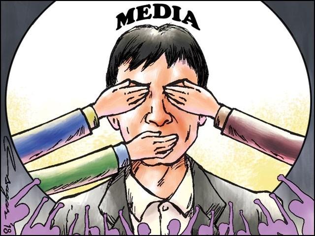صحافیوں کے پاس اوپر ایک سہارا خدا ہے تو زمین پر سوشل میڈیا۔ وہ یہ زمینی سہارا بھی چھین رہے ہیں۔ (فوٹو: انٹرنیٹ)