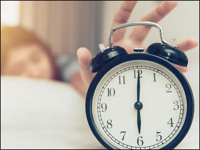 جلدی سونے اور جلدی جاگنے والوں میں دیر تک سوتے رہنے والوں کے مقابلے میں ڈپریشن کا خطرہ 23 فیصد کم تھا۔ (فوٹو: انٹرنیٹ)