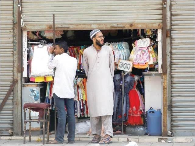کراچی میں کورونا ایس او پیز کے تحت دکان بند ہوتے وقت کی ایک فائل فوٹو
