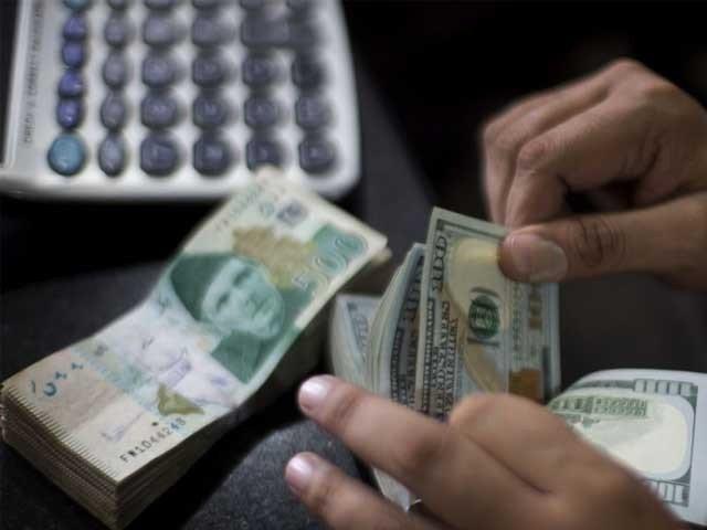 انٹربینک مارکیٹ میں ڈالر کی قدر تارچڑھاو کے بعد مزید 47پیسے بڑھکر 155.78روپے پر بند ہوا  ۔  فوٹو : فائل