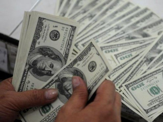 انٹربینک مارکیٹ میں ڈالر کی قدر اتارچڑھاؤ کے بعد مزید 9 پیسے بڑھ کر 155.69روپے پر بند ہوا ۔ فوٹو : فائل