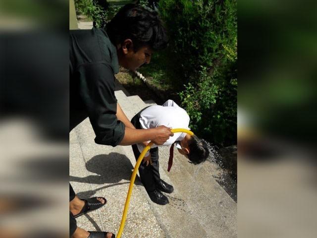 گرمی کی شدت سے وجہ سے متعد بچوں کی ناک سے خون آنا شروع ہوگیا تھا۔ (فوٹو:ایکسپریس)