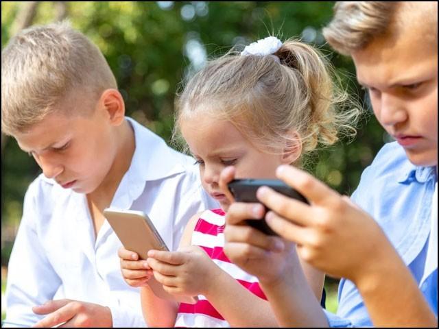 اسمارٹ فون استعمال کرتے وقت بچے کھانا شروع کرتے ہیں تو بے دھیانی میں کھاتے چلے جاتے ہیں۔ (فوٹو: انٹرنیٹ)