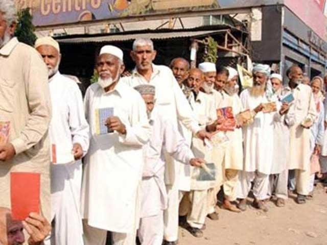 حکومت پینشن کی مد میں سالانہ 250 ارب روپے ادائیگی کرتی ہے۔ فوٹو:فائل