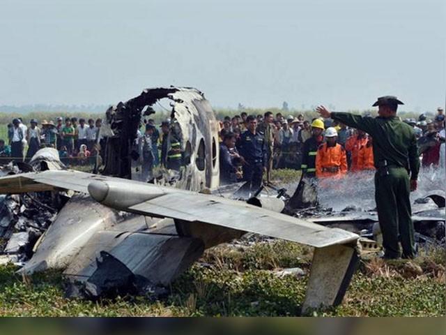 طیارے حاد ثے میں 6 فوجی اہل کار اور ایک بودھ راہنما سمیت 12 افراد جاں بحق ہوگئے.(فوٹو:اے ایف پی)
