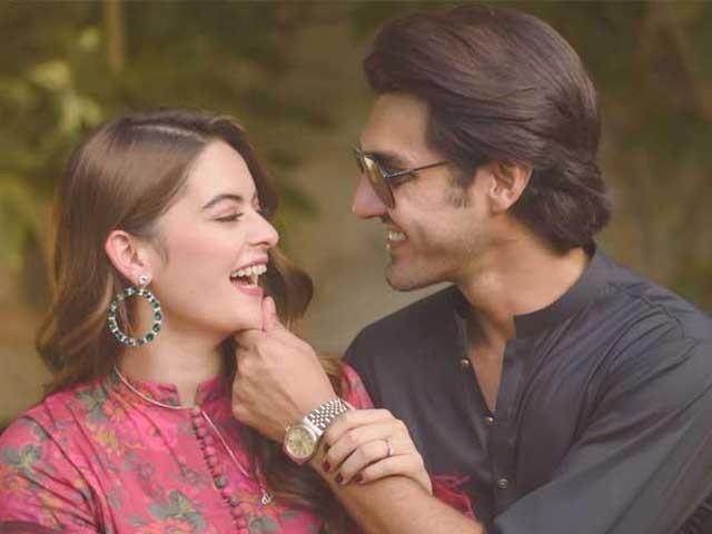 اب اداکاراوراحسن محسن خان نے اپنے اپنے انسٹاگرام پرشادی کے کارڈ کی تصویرشیئرکی