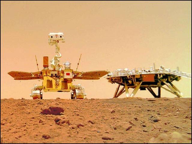 ژورونگ روور اور اس کا پلیٹ فارم: یہ تصویر وائرلیس کیمرے سے کھینچی گئی ہے جو ژورونگ روور نے مریخ کی سطح پر نصب کیا تھا۔ (فوٹو: ٹوئٹر)
