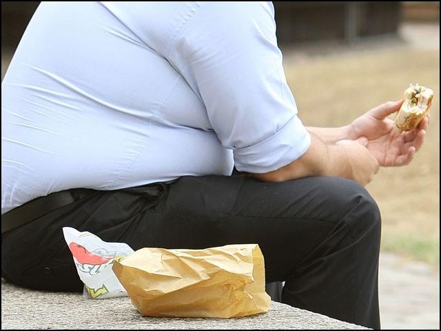موٹاپے میں مذاق اُڑائے جانے کے ردِعمل میں زیادہ کھانے کی عادت پروان چڑھتی ہے۔ (فوٹو: انٹرنیٹ)