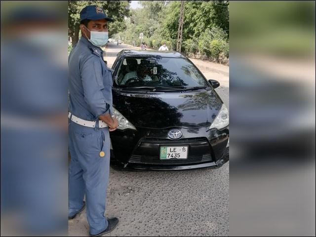 ٹریفک پولیس نے نائیجریا سے تعلق رکھنے والے شہری پر بھاری جرمانہ عائد کرکےگاڑی کے کاغذات ضبط کر لیے ہیں۔(فوٹو:ایکسپریس)