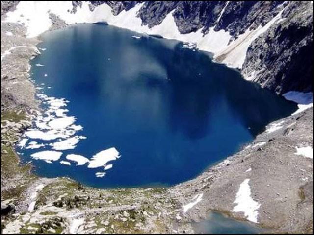 گلگت بلتستان کے پہاڑوں میں گھری ہوئی اس خوبصورت جھیل کے بارے میں بہت کم لوگ جانتے ہیں۔ (تصاویر: متفرق ویب سائٹس)