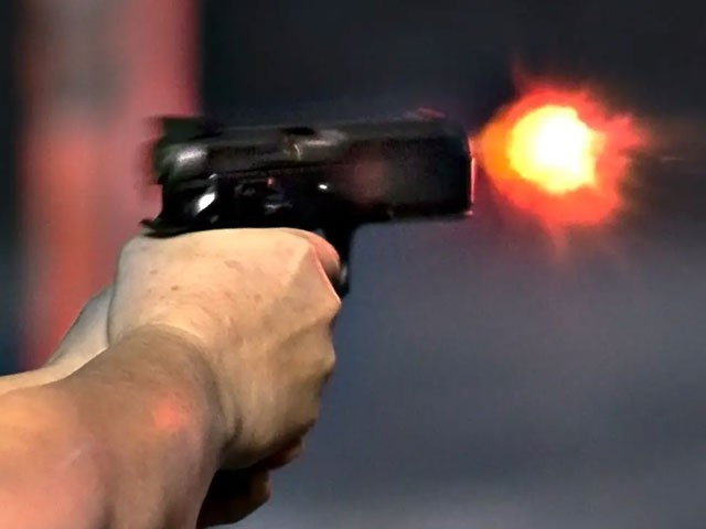 فائرنگ کرنے والے ملزمان مقتولہ کے رتشتے دارہیں اور دونوں فقیر کالونی کے ایک ہی محلے کے رہائشی ہیں، پولیس(فوٹو:فائل)