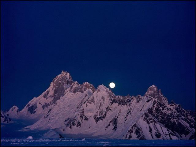 گلگت بلتستان کے پہاڑوں میں چاند طلوع ہونے کا منظر۔ (فوٹو: کریم شاہ نذاری/ ٹوئٹر، 2019)