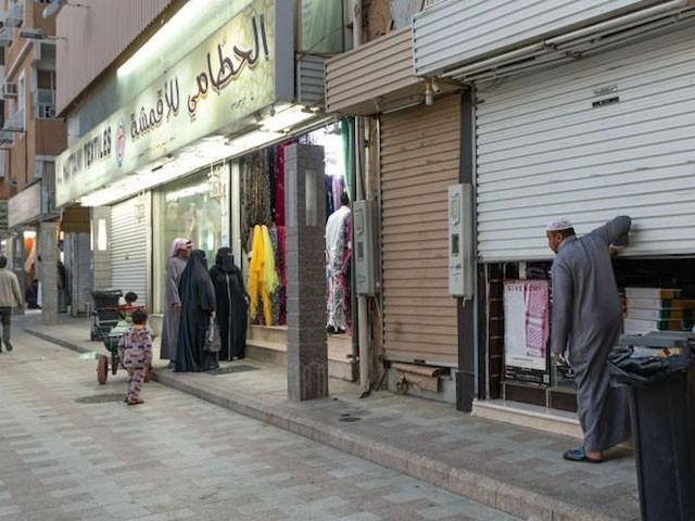 سعودی عرب میں نماز کے اوقات کار کے دوران کاروباری مراکز بند رہتے ہیں، فوٹو: فائل