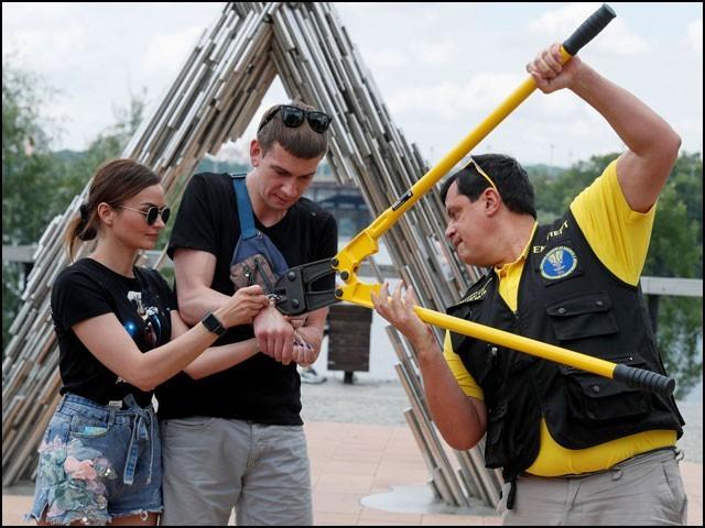 پریمی جوڑے کی ہتھکڑی 17 جون 2021 کو یوکرائن میڈیا کے سامنے کاٹی گئی۔ (تصاویر: رائٹرز)