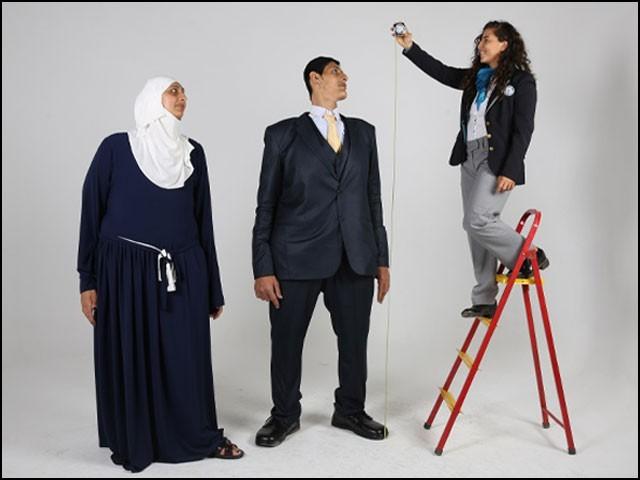 ان دونوں بہن بھائی کا مجموعی قد 13 فٹ 7 انچ ہے، جو تقریباً کسی ڈبل ڈیکر کی اونچائی جتنا ہے۔ (تصاویر: گنیز ورلڈ ریکارڈ آفیشل ویب سائٹ)