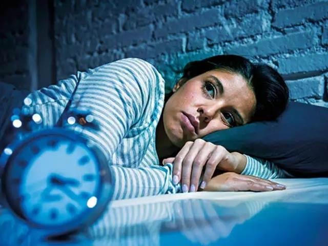 پرسکون نیند نہ لینے سے دل کی بیماریوں کے ساتھ ساتھ جلد موت کا خطرہ بڑھ جاتا ہے۔ (فوٹو، فائل)