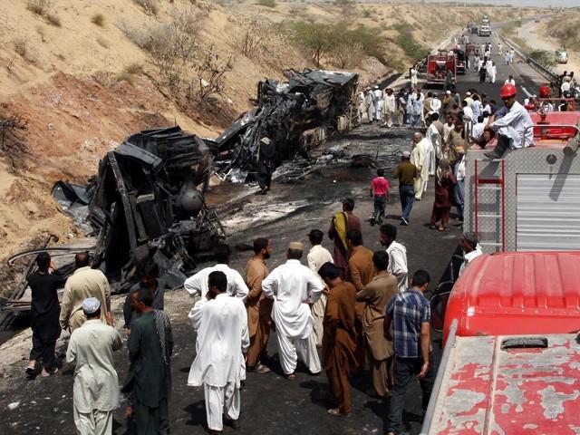 تیل بردار گاڑیوں میں تصادم کے بعد آگ بھڑک اٹھی، لیویز ذرائع۔ فوٹو : فائل