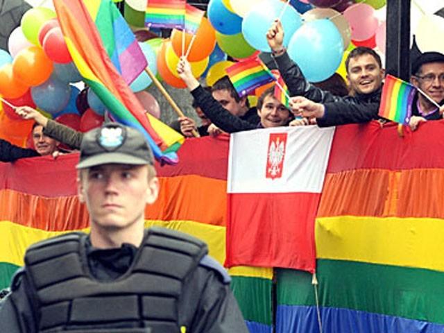 پولینڈ میں ہم جنس پرستوں کے بچوں کو گود لینے پر پابندی ہے، فوٹو: فائل