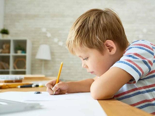 تحقیقی سروے سے ثابت ہوا ہے کہ لکھنے سے اکتساب اور سیکھنے کا عمل بہت تیز اور مؤثر ہوتا ہے۔ فوٹو: فائل