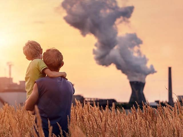 فضائی آلودگی بچوں کی تعلیمی اور اکتسابی صلاحیت متاثرکرسکتی ہے۔ فوٹو: فائل
