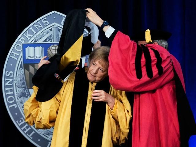 جرمنی کی چانسلر کو امریکی یونیورسٹی جان ہاپکنز نے اعزازی ڈگری سے نوازا تھا، فوٹو: ٹوئٹر