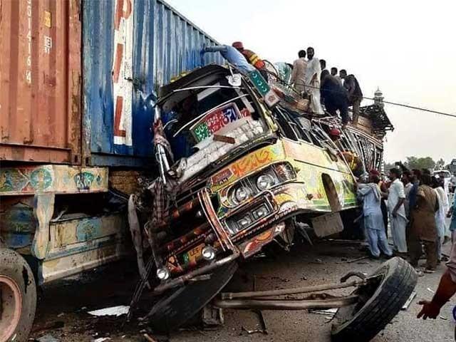 حادثے کا شکار ہونے والی بس سیالکوٹ سے راجن پور جارہی تھی فوٹو: انٹر نیٹ