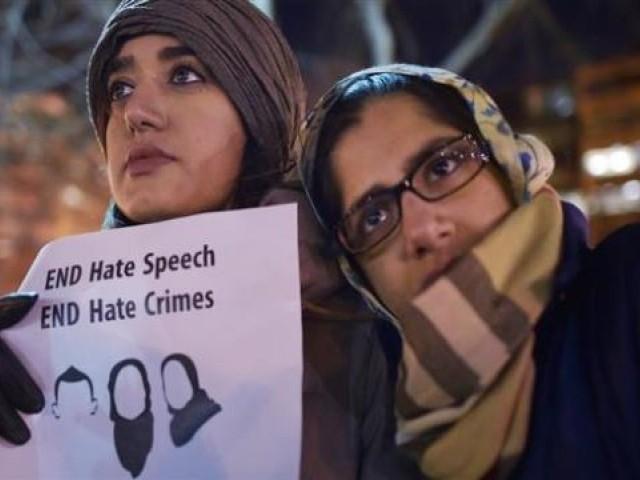 امریکا میں اسلاموفوبیا بڑھتا جارہا ہے جبکہ ڈیموکریٹک اور ری پبلکن پارٹی بھی مسلمانوں کو سیاسی ووٹ حاصل کرنے کےلیے استعمال کرتی ہیں۔ (فوٹو: فائل)