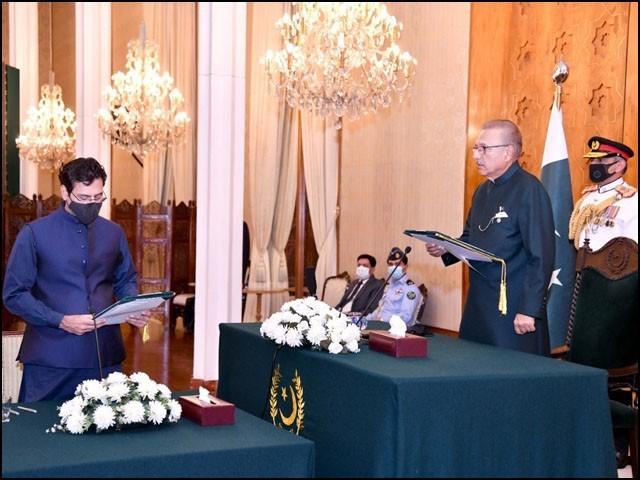 صدر مملکت ڈاکٹر عارف علوی نے مونس الہیٰ سے حلف لیا۔(فوٹو: ٹوئٹر)