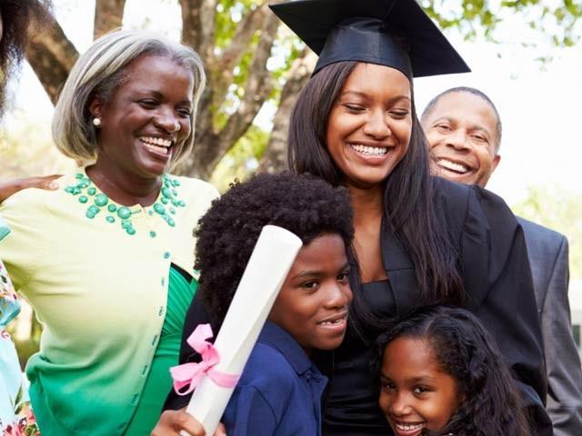 بچوں کی اعلیٰ تعلیم والدین کی صحت پر مثبت اثرات مرتب کرتی ہے۔ فوٹو: فائل