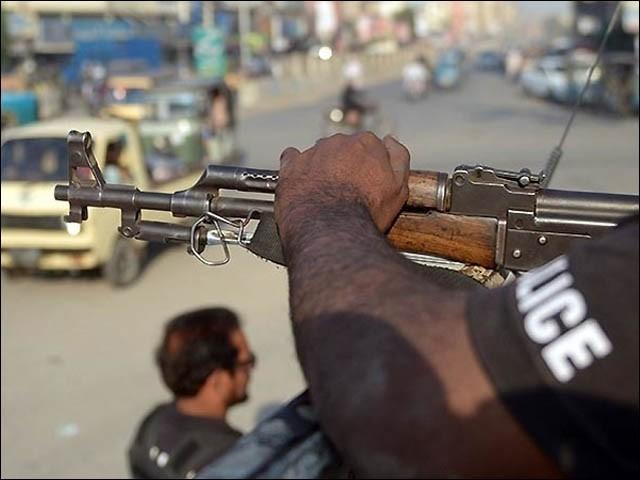 ناگن چورنگی پر مسلح ملزمان نے سادہ کپڑے پہنے اہلکار سے رہزنی کی تو اہلکار نے پیچھے سے فائرنگ کردی (فوٹو : فائل)