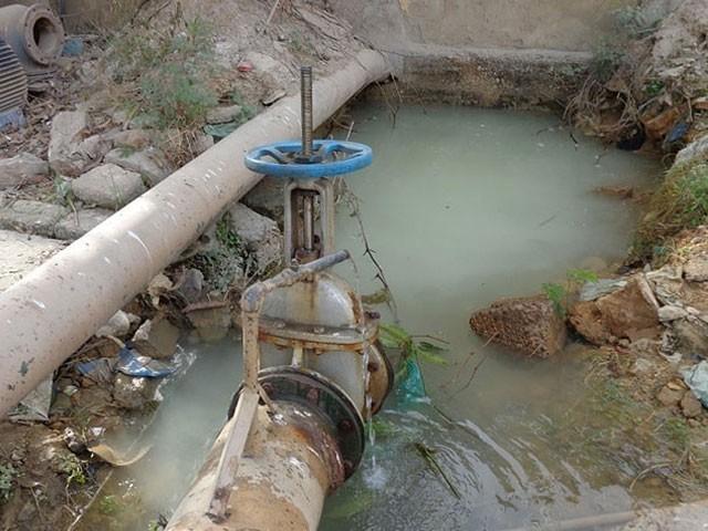 کے ایم سی اسپورٹس کمپلیکس میں 48 انچ کی لائن سے پانی کا رساؤ ہورہا ہے، ذرائع