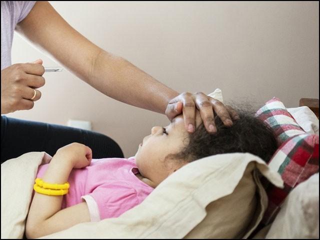 کورونا وائرس بچوں کے پھیپھڑوں اور گردوں کے علاوہ دل، دماغ، کھال، آنکھوں اور نظامِ ہاضمہ تک کو متاثر کرسکتا ہے۔ (فوٹو: انٹرنیٹ)